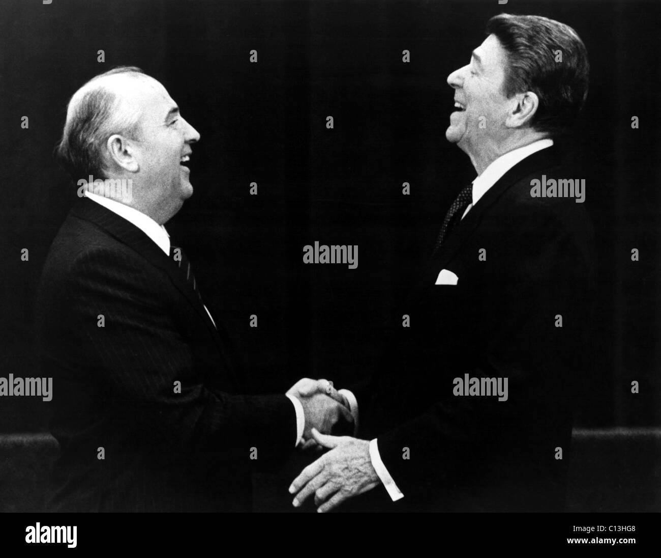 Soviet Premier Mikhail Gorbachev shaking hands with U.S. President Ronald Reagan in the 1980s - Stock Image
