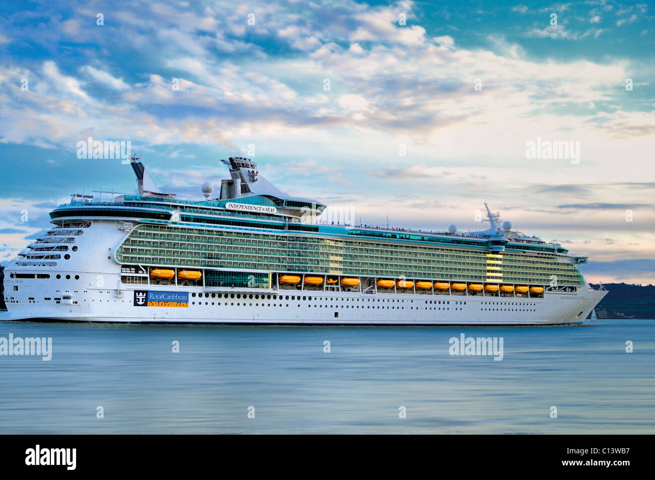 Portugal, Lisbon: Cruiser Liner 'Independence of the Seas' at river Tagus leaving the harbor of Lisbon - Stock Image
