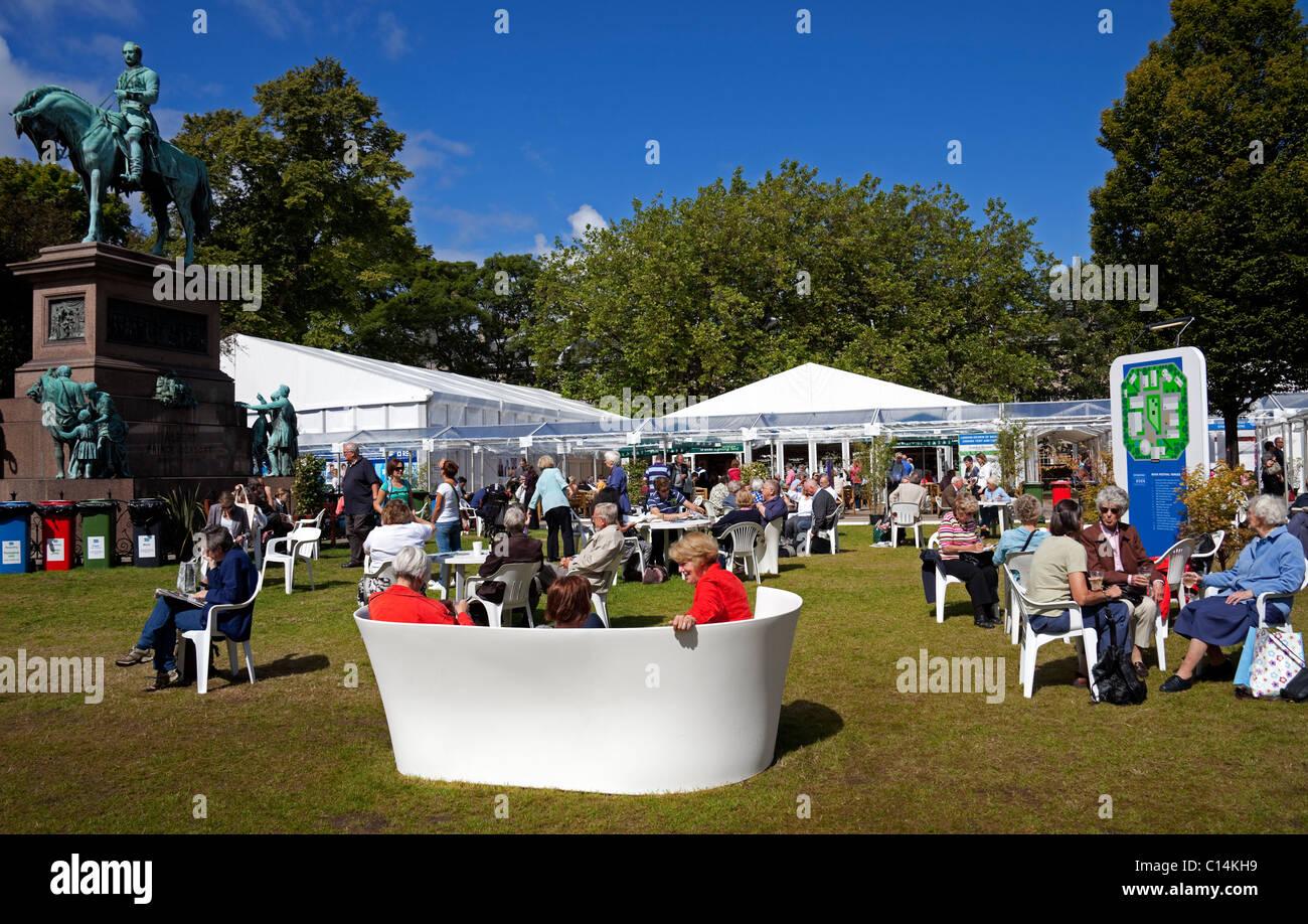 Edinburgh Book Festival,  visitors and tourists in Charlotte Square, The Albert Memorial, Scotland, UK, Europe - Stock Image