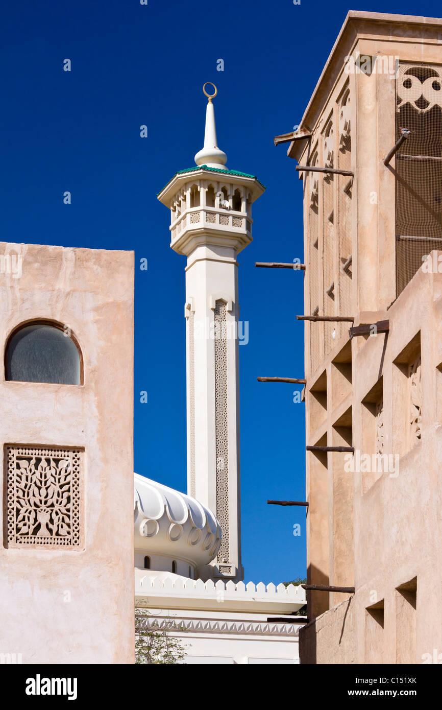 The minaret of the Grand Mosque in the Bastakiah quarter of Dubai Creek in Dubai, UAE, Persian Gulf. - Stock Image