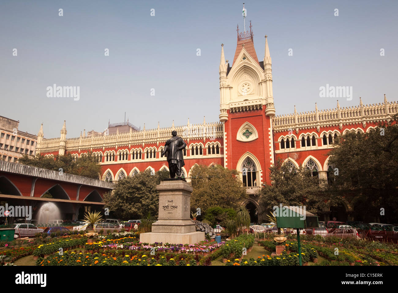 India, West Bengal, Kolkata, Calcutta, High Court Building with statue in front - Stock Image
