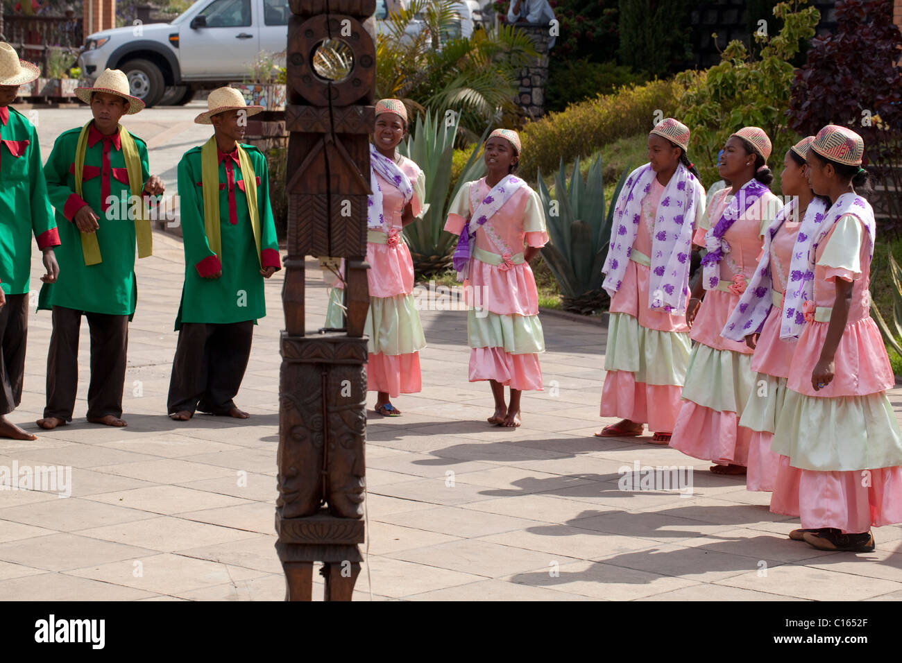 Men and Women Singers and Dancers entertaining tourist customers in the grounds of an hotel. Antsirabe, East central Stock Photo