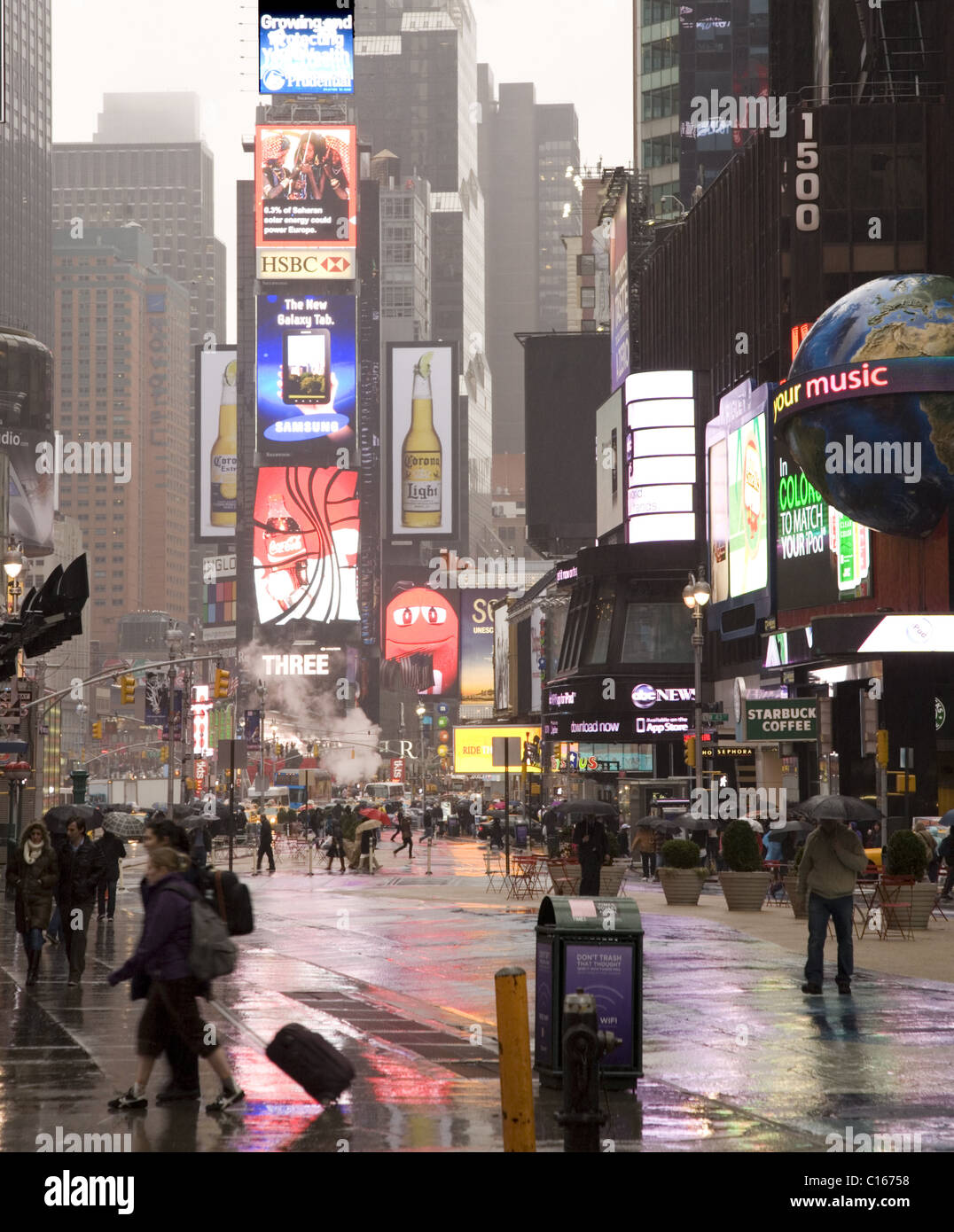 Rainy day in NYC. 42nd Street looking up 7th Ave., Times Square. - Stock Image