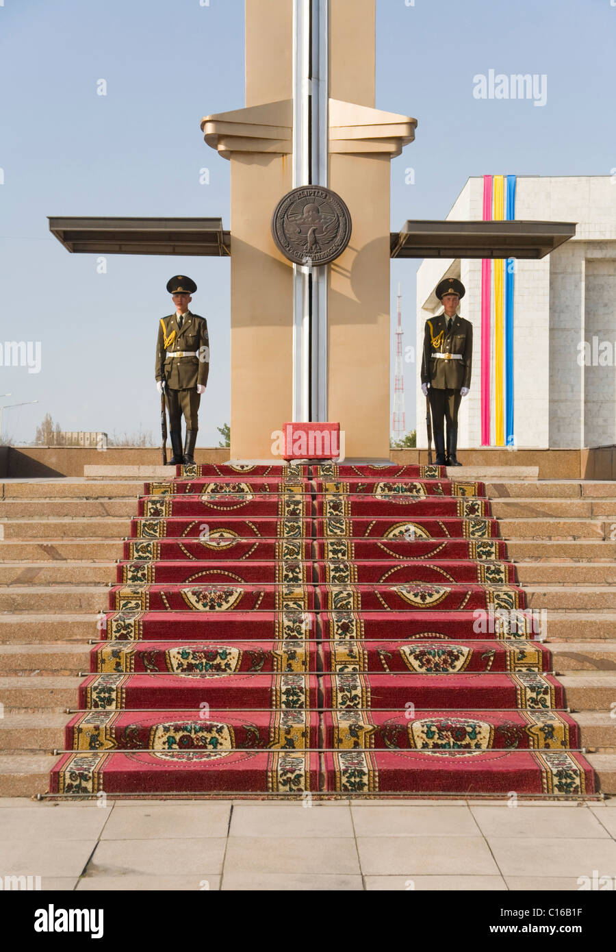 Guards in front of the Museum of National History, Bishkek, Kyrgyzstan - Stock Image