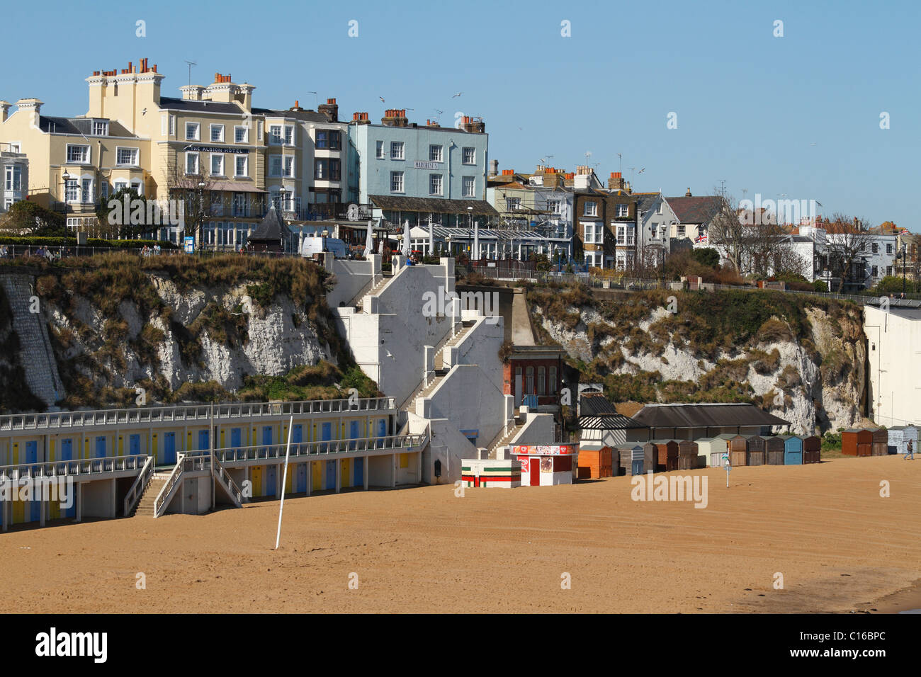 Broadstairs beach with seagulls flying above - Stock Image