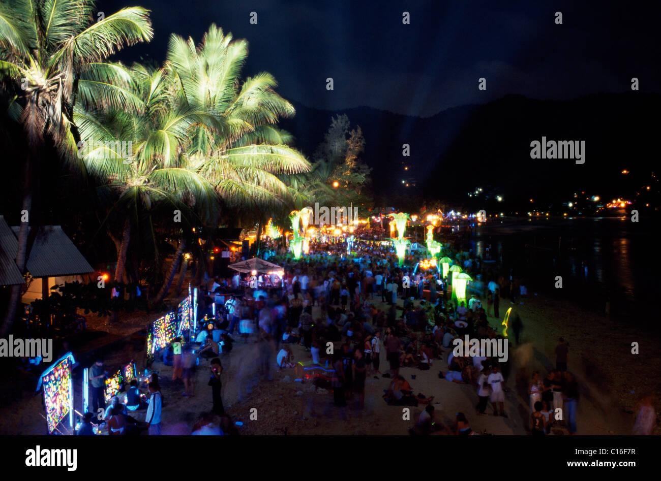 Dancing crowds at the Full Moon Party, Ko Phangan, Thailand, Asia - Stock Image