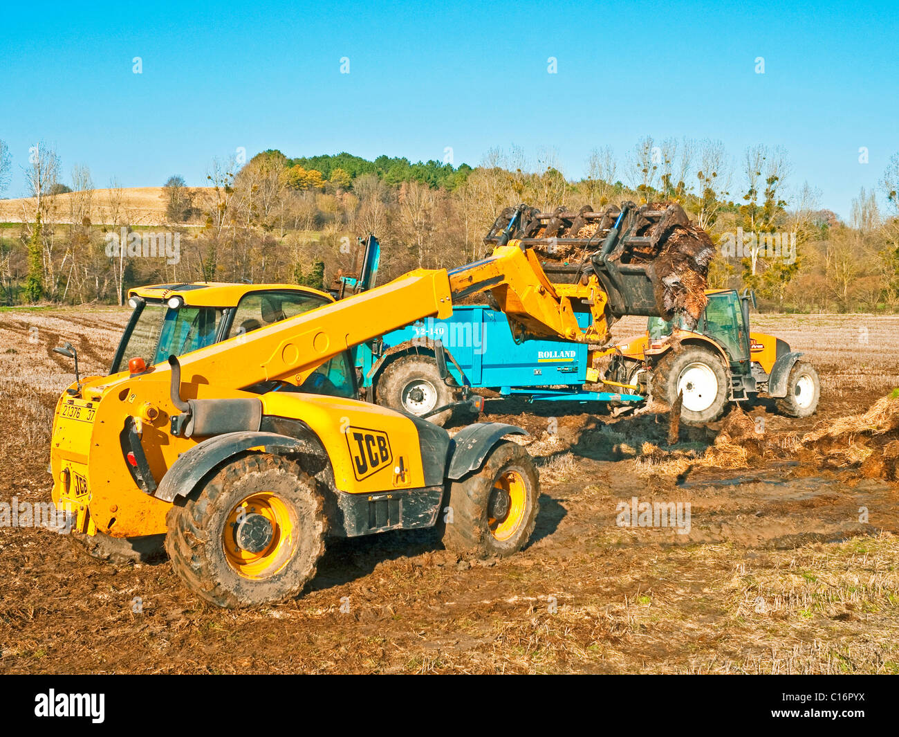 JCB Telescopic Handler tractor and muck spreader - France. - Stock Image