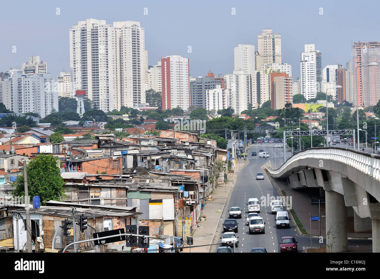Paraisópolis favela in front of modern skyscrapers, contrast, Morumbi district, Sao Paulo, Brazil, South America - Stock Image