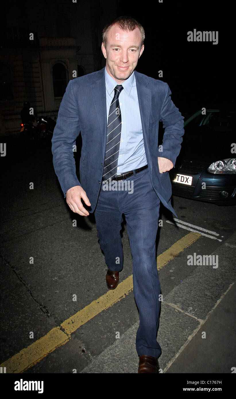 Guy Ritchie In A Blue Suit And Brown Shoes Arrives At A Restaurant