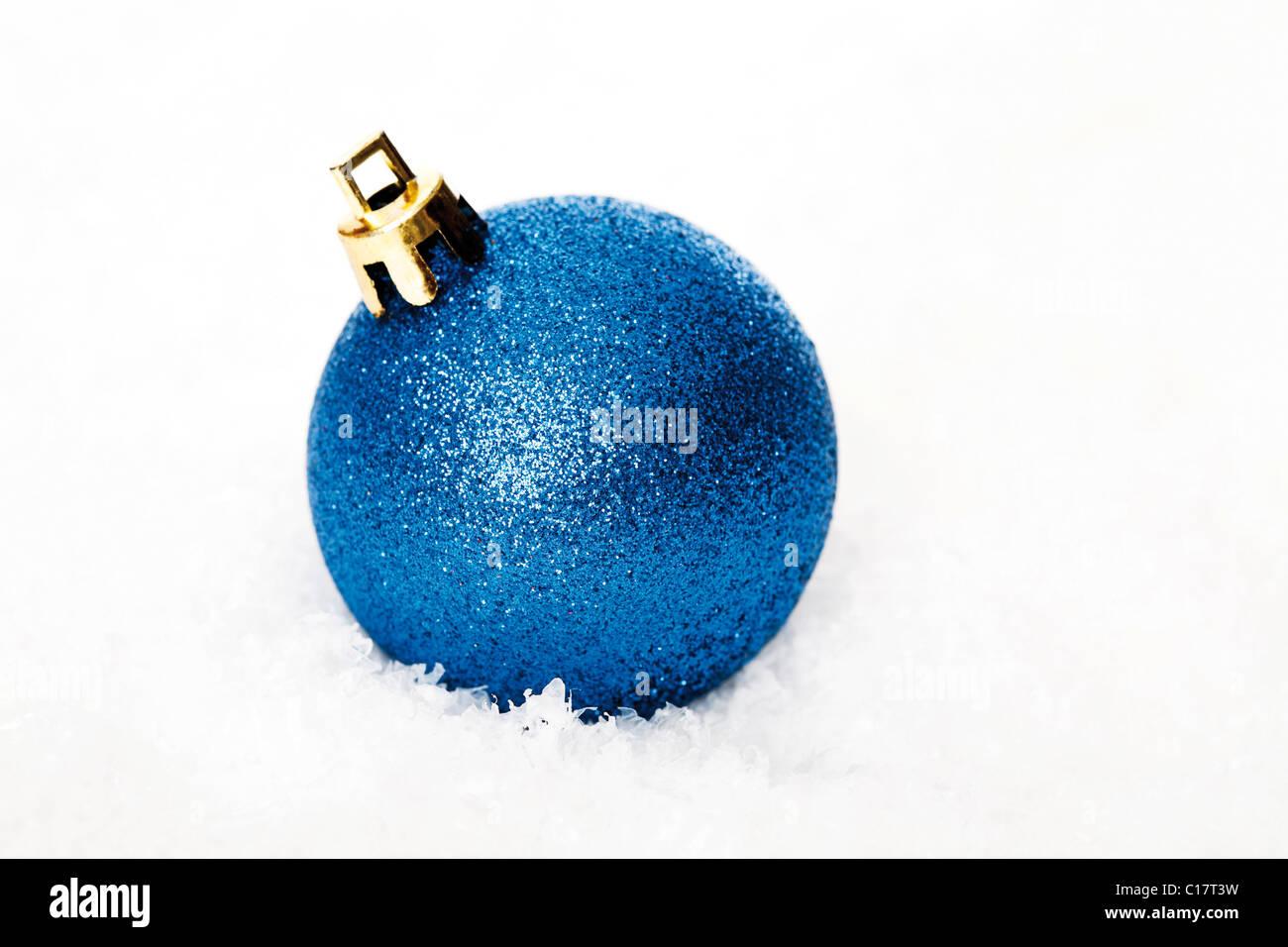 Einzelne Christbaumkugeln.Blue Christmas Tree Ball In Snow Stock Photo 35207981 Alamy