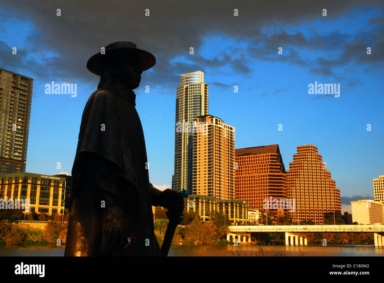 Statue of Stevie Ray Vaughn in front of the skyline of Austin, Texas - Stock Image