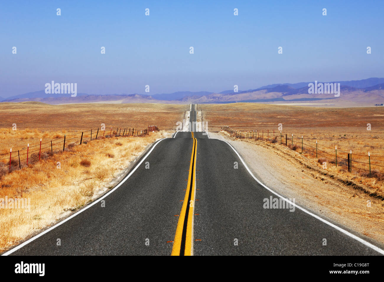 Abrupt bends of road on Californian steppes - Stock Image