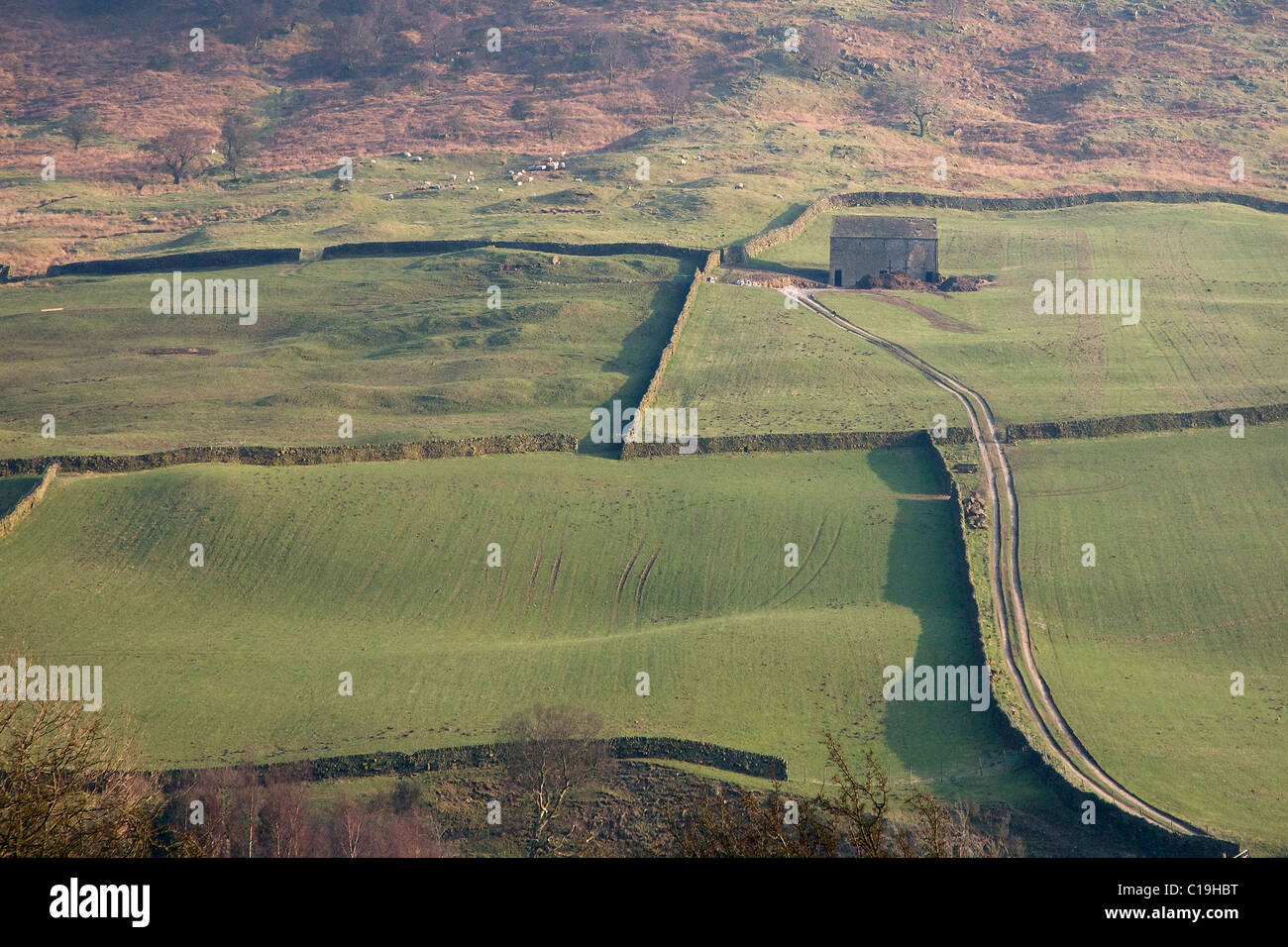 Field barn and track near Edale in the Derbyshire Peak District below Lose Hill and Back Tor - Stock Image