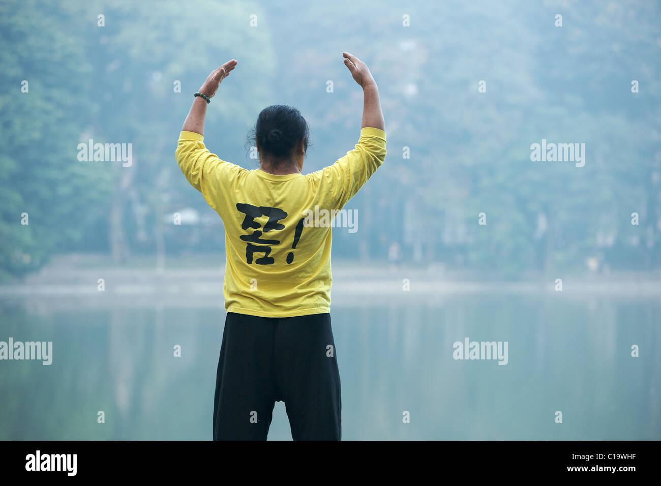 Early morning Tai chi by Hoan Kiem lake, Hanoi, Vietnam - Stock Image