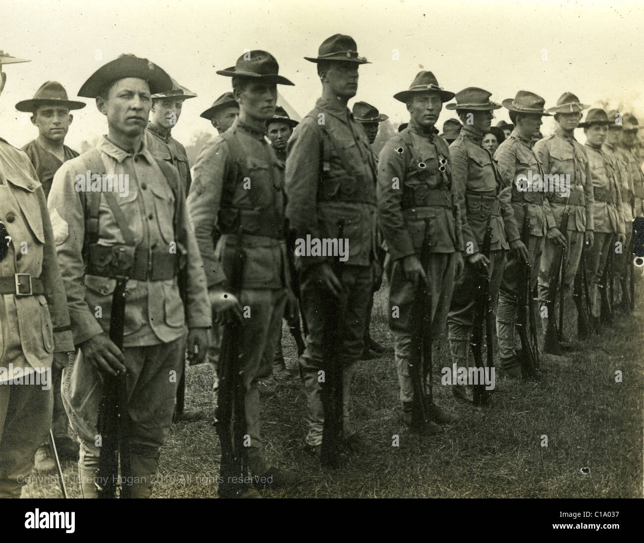 Cavalrymen standing in formation during 1910s military army uniforms Americana - Stock Image