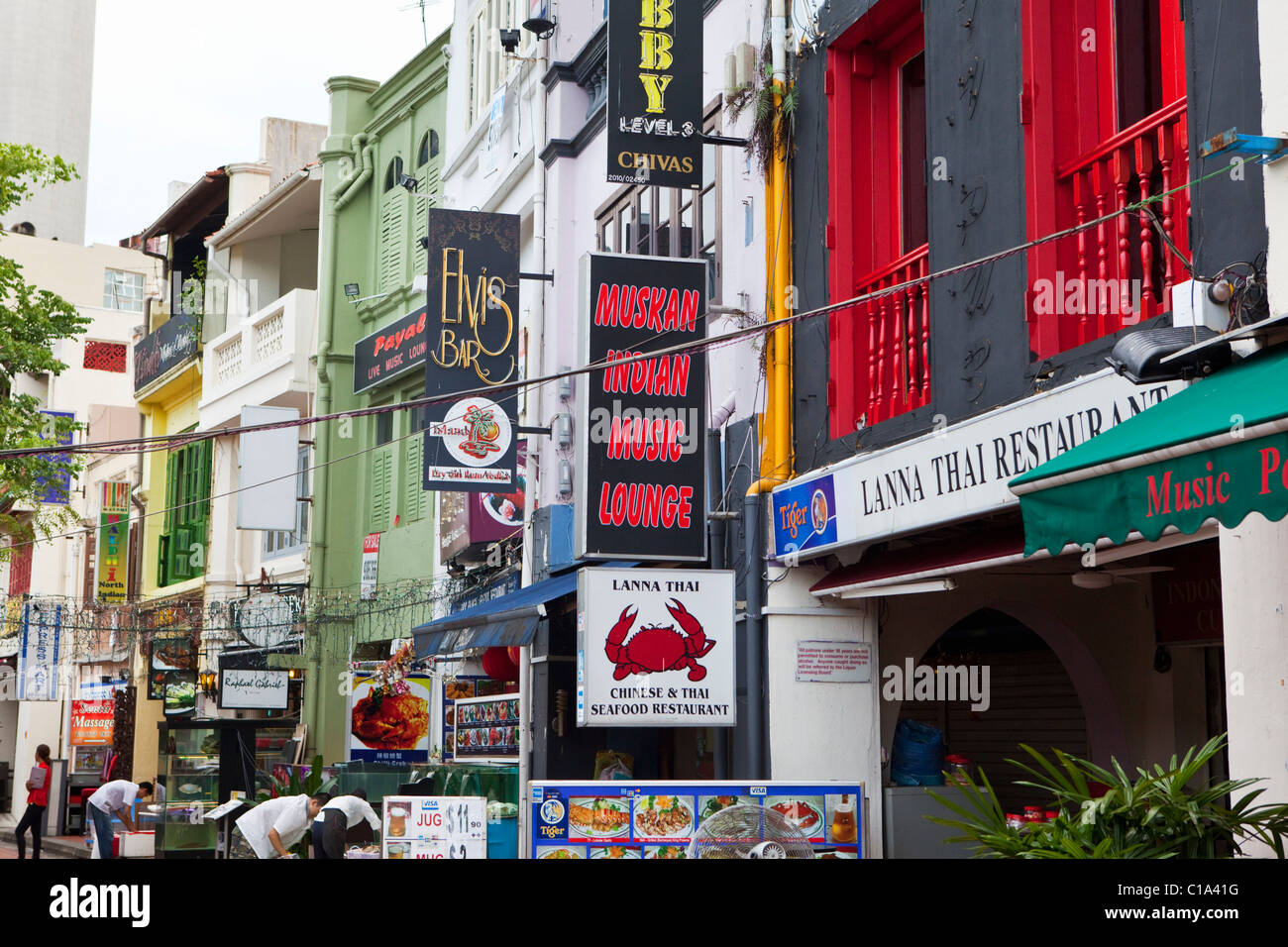 Bars and restaurants along Boat Quay, Singapore - Stock Image