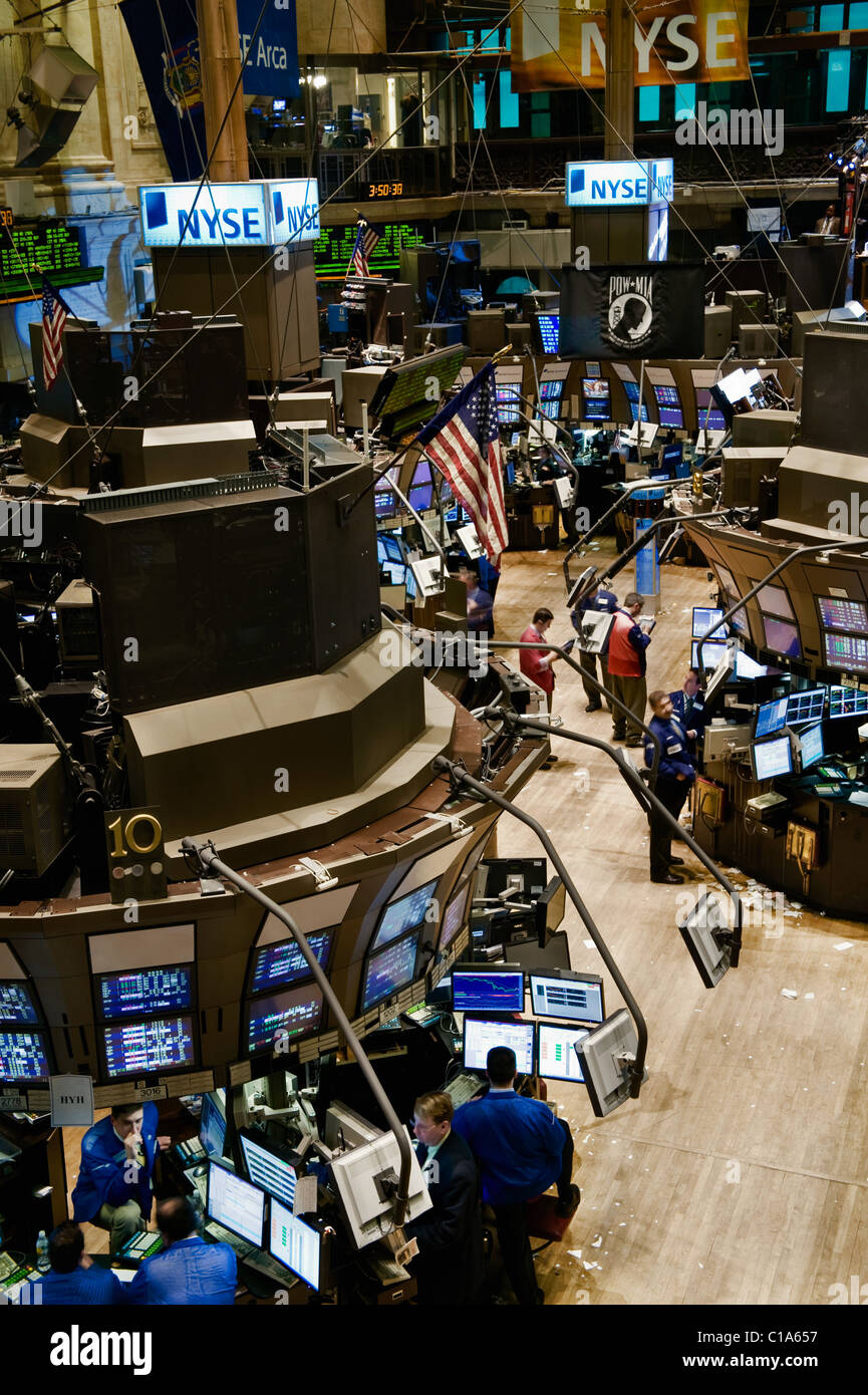 Trading floor personnel on the trading floor of the New York Stock Exchange. - Stock Image