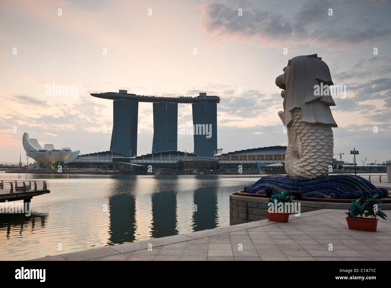 The Merlion Statue at dawn, with the Marina Bay Sands in the background.  Marina Bay, Singapore - Stock Image