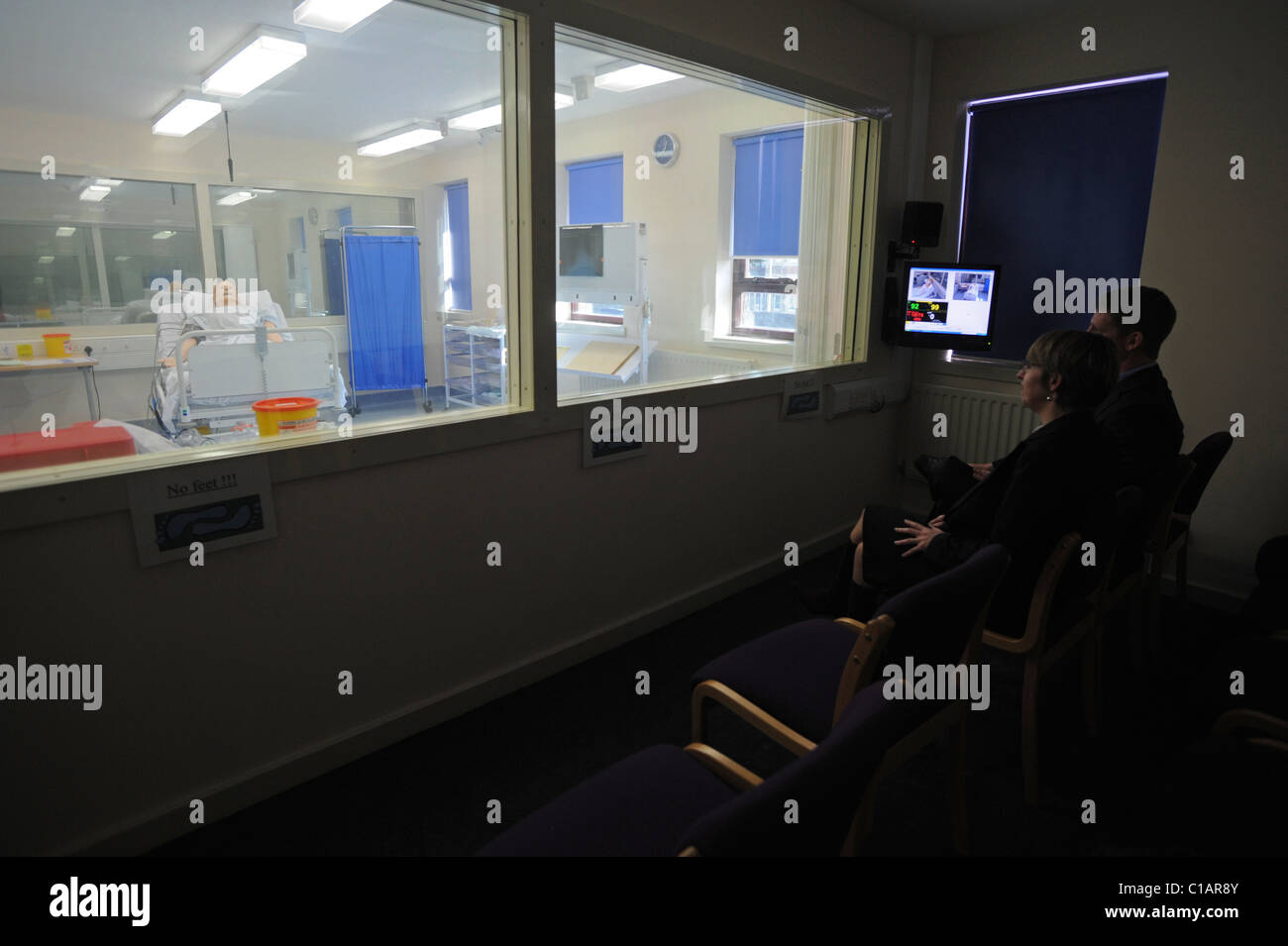 Students watch SimMan 3G a new dummy patient from the observation area of the Simulation Suite at Worthing hospital - Stock Image