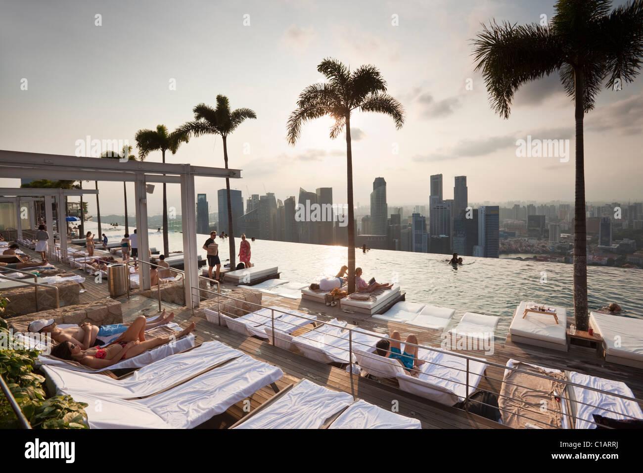 Swimming pool at the Marina Bay Sands SkyPark.  Marina Bay, Singapore - Stock Image