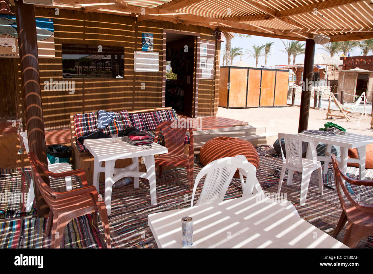 Chill out area outside the Kite Junkies huts. - Stock Image