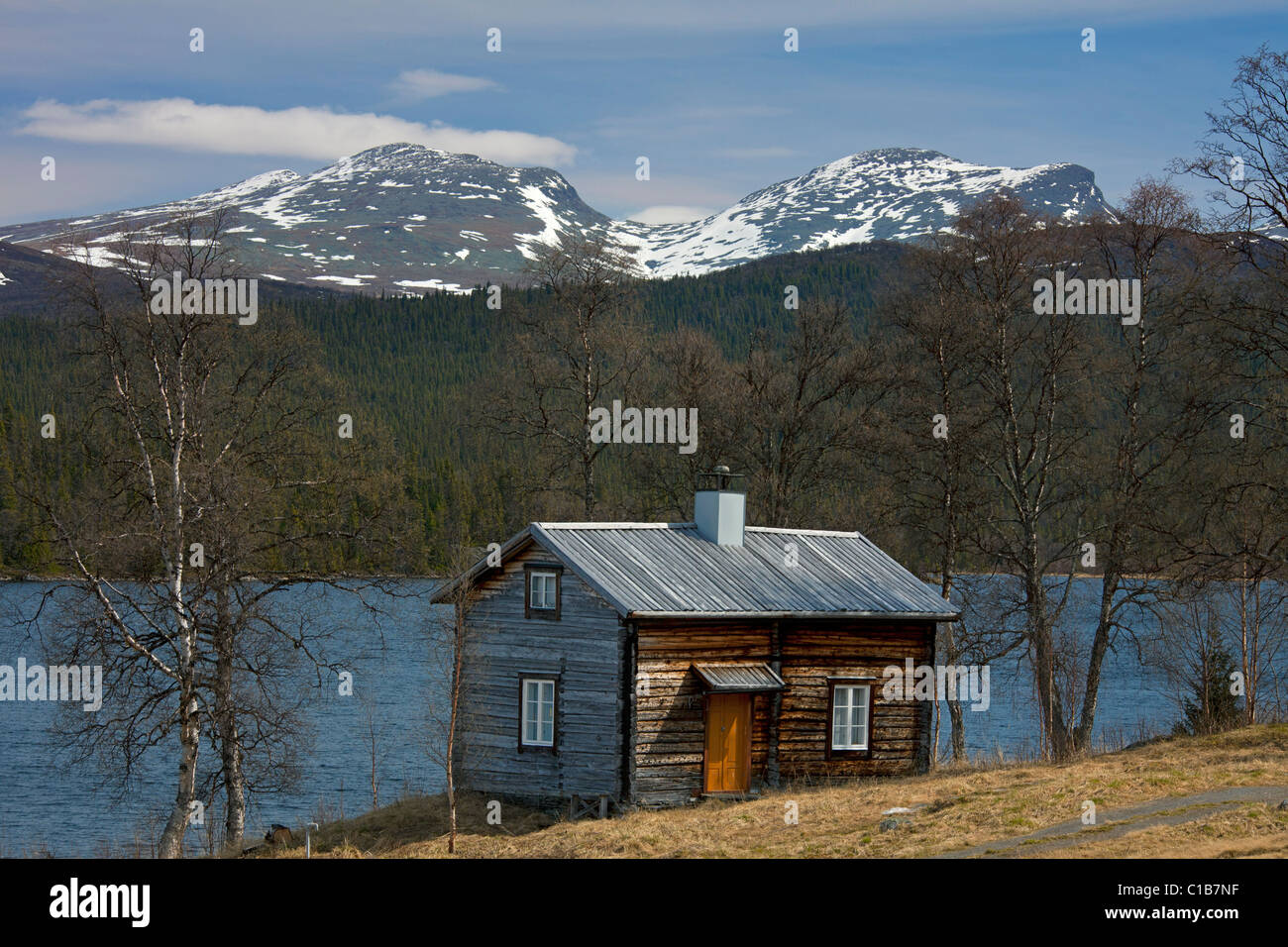 Log cabin along lake at Fatmomakke, Lapland, Sweden Stock Photo