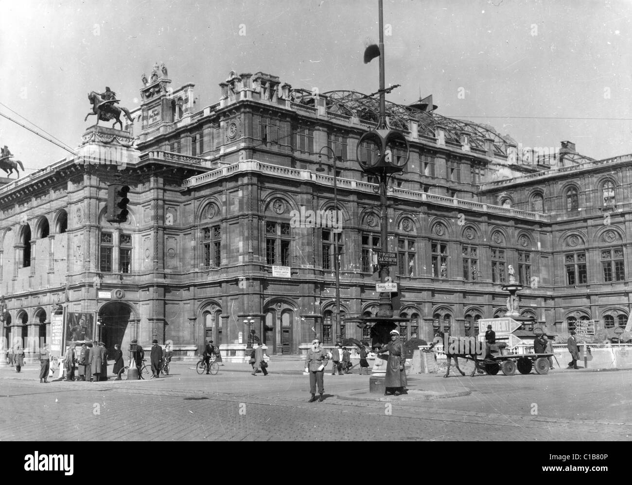VIENNA OPERA HOUSE 1945 with Soviet posters at left and a US Military Policeman directing traffic - Stock Image