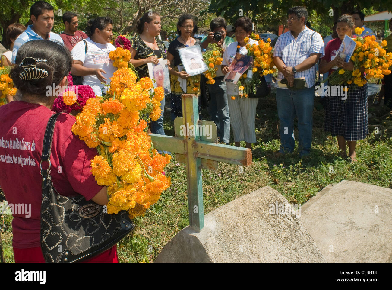 Members of the Search Commission for Missing Hondurans at the gravesite of an unknown migrant in Arriaga, Chiapas, - Stock Image