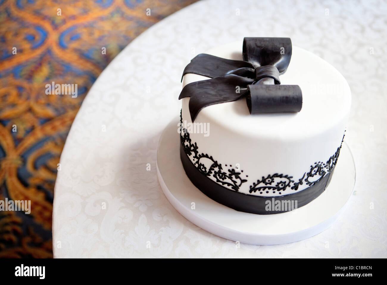 WEDDING CAKE BLACK AND WHITE ELEGANT RIBBON CHOCOLATE TABLE Stock ...