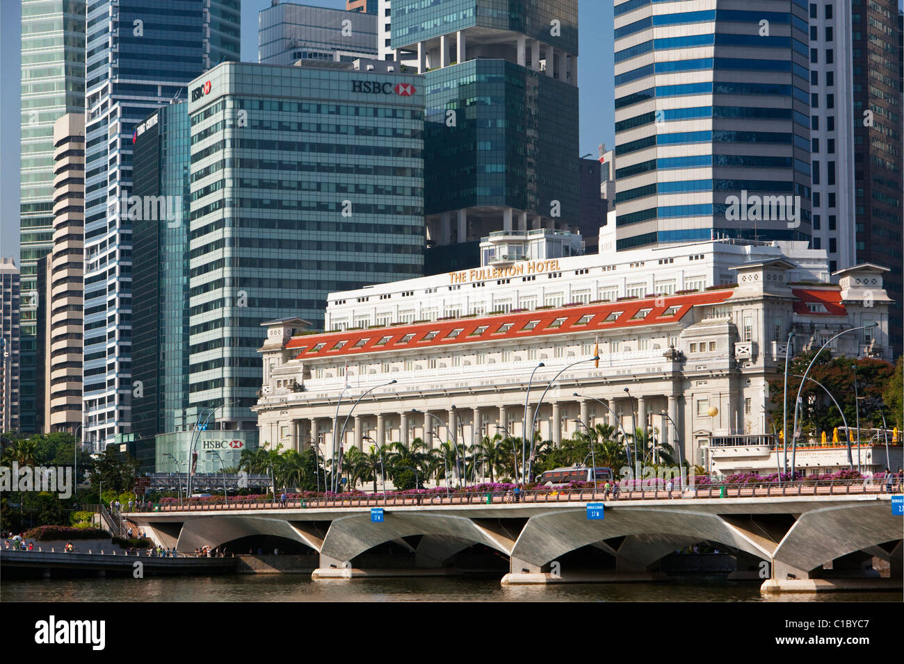 The Fullerton Hotel and central business district.  Marina Bay, Singapore - Stock Image