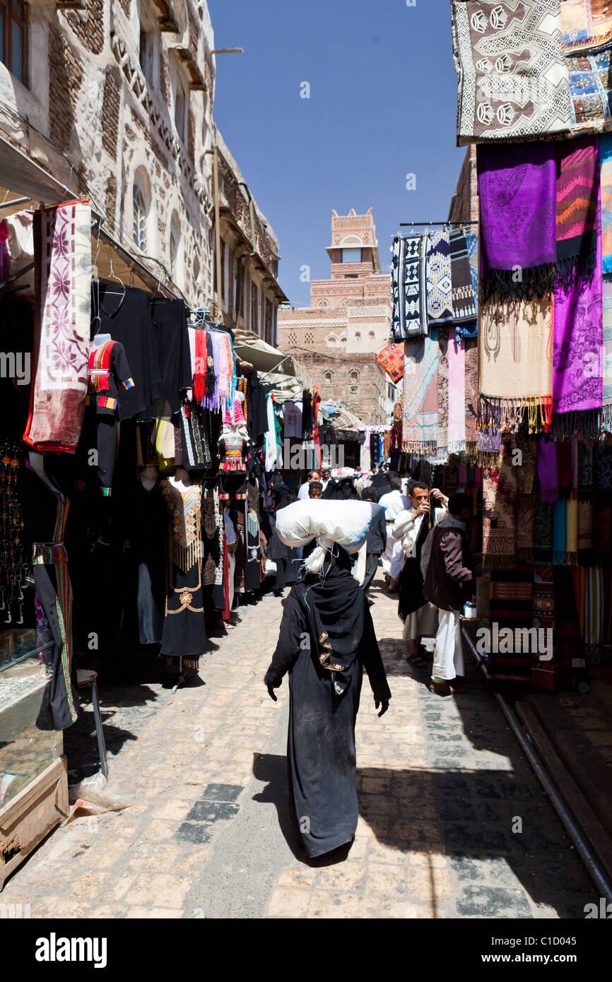 Street scene in the Souk of the old City of Sana'a, Yemen - Stock Image