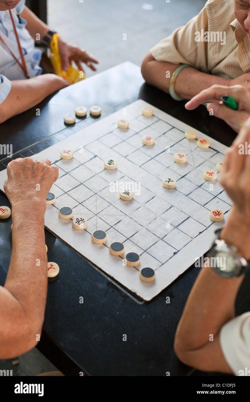 Men playing Xiangqi (Chinese chess) in Chinatown, Singapore - Stock Image