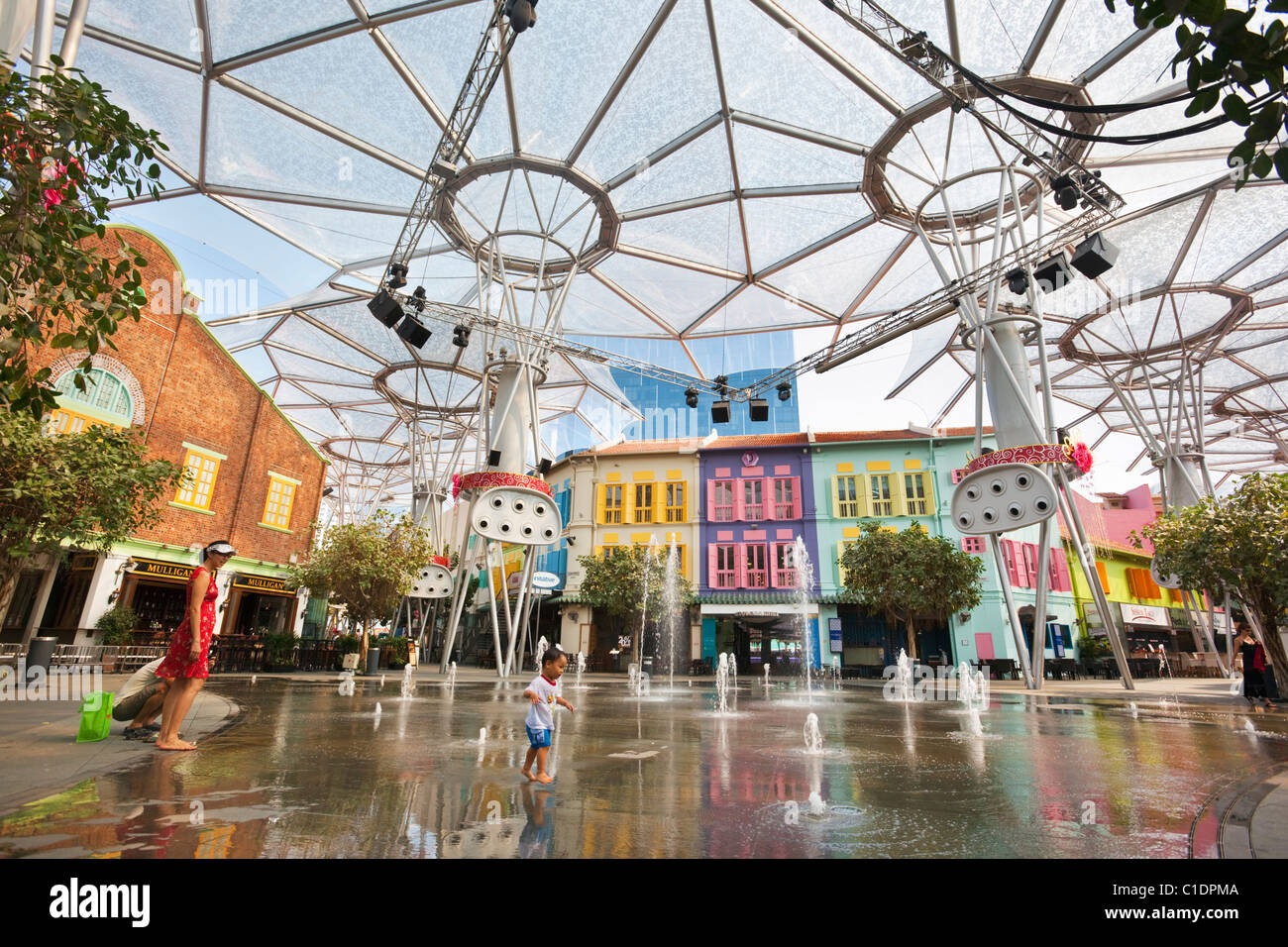 Mother and child playing in the fountain at Clarke Quay, Singapore - Stock Image