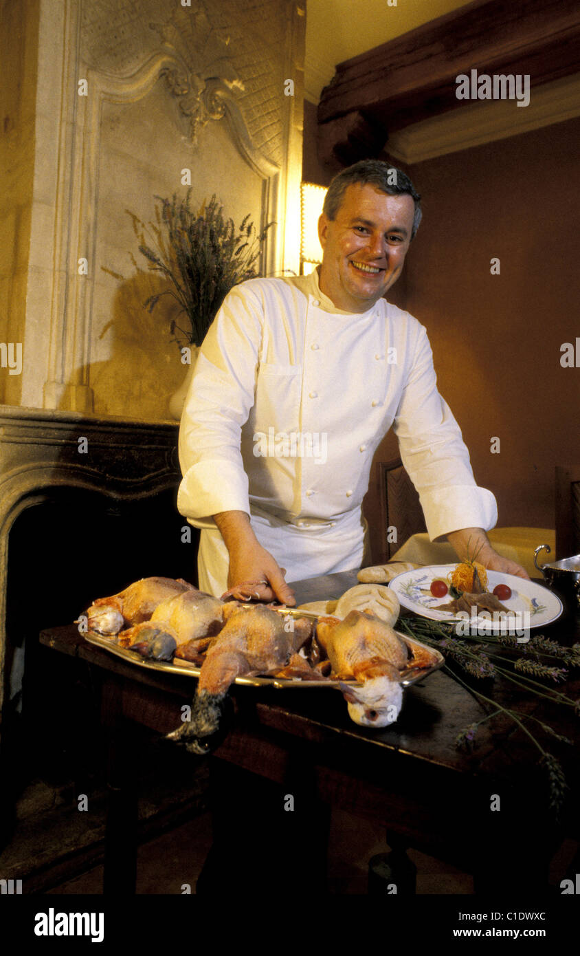 France, Alpes de Haute Provence, Chateau Arnoux, La Bonne Etape, Mr Gleizes, chef and owner, with his pigeon with - Stock Image