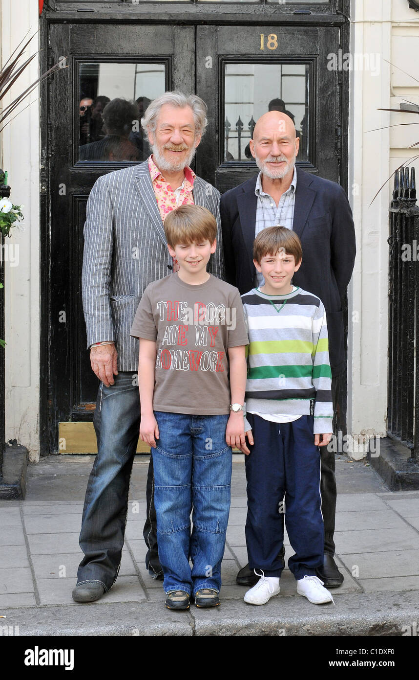 Ian McKellen Patrick Stewart Sam Walton Richard Linnell Photocall With The Cast Of Waiting For Godot To Announce Two