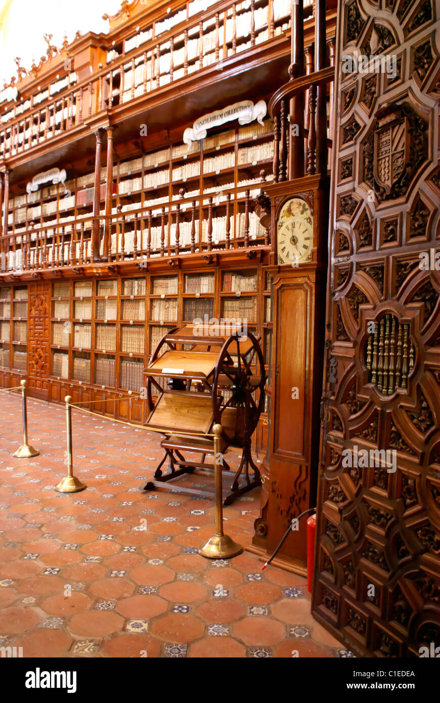 Multiple book reader or lectern and shelving, Biblioteca Palafoxiana library in the city of Puebla, Mexico - Stock Image