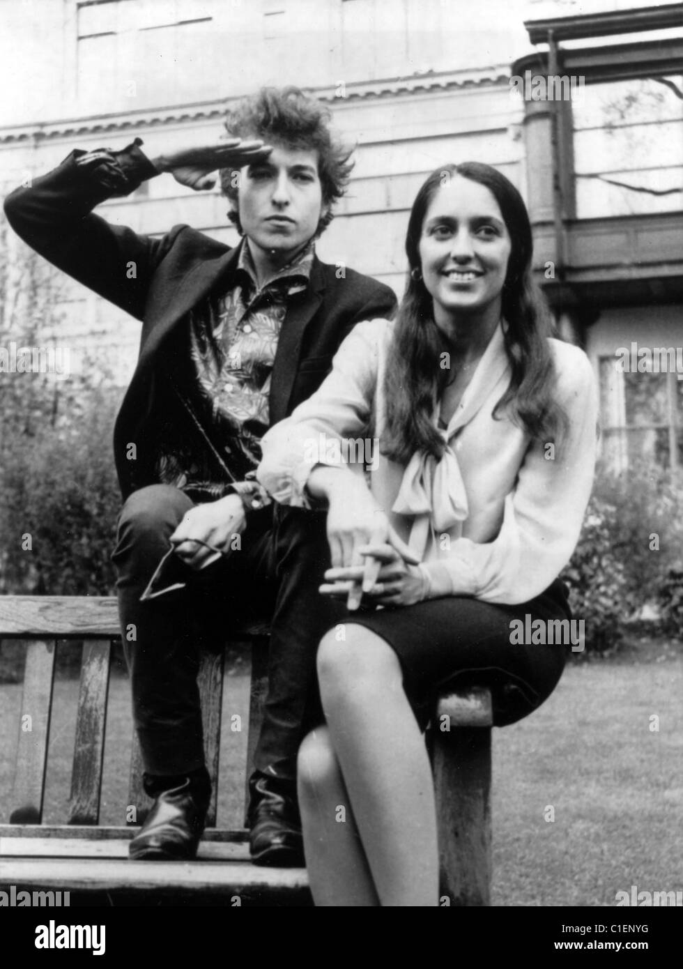 Bob Dylan And Joan Baez Outside Savoy Hotel London May 1965 Photo Stock Photo Alamy