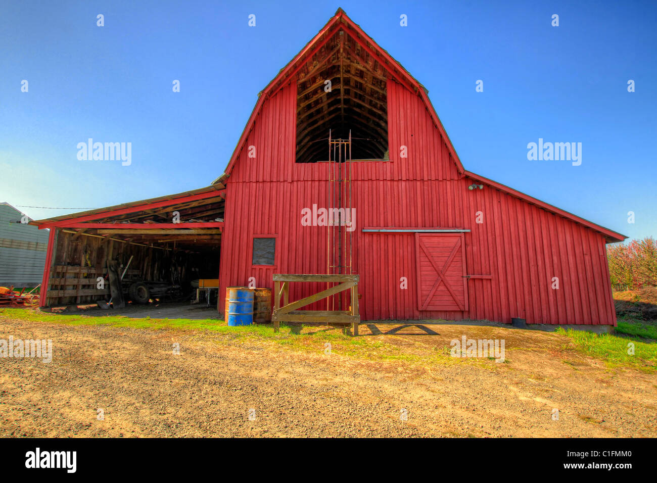 Red Barn in Oregon Agriculture Farmland Countryside - Stock Image