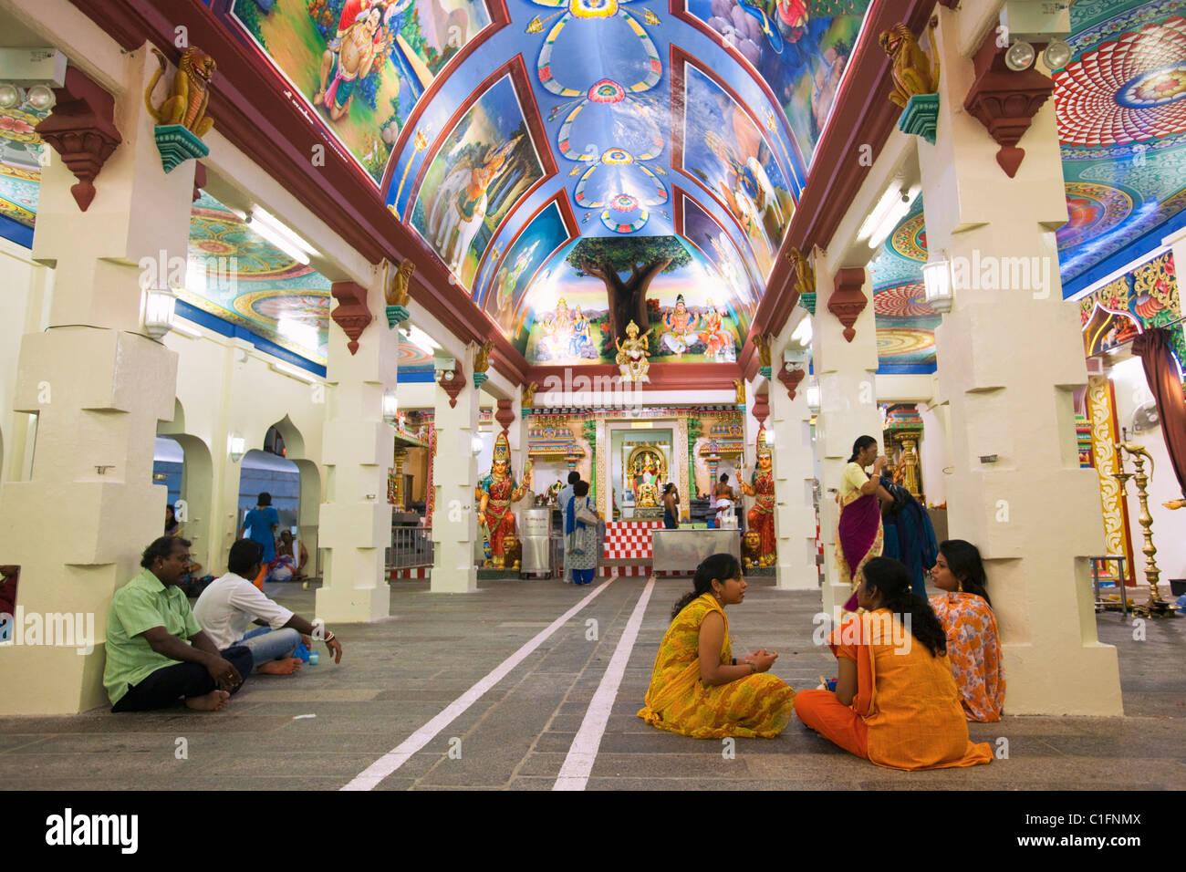 Colourful interior of the Sri Mariamman Hindu Temple.  Chinatown, Singapore - Stock Image