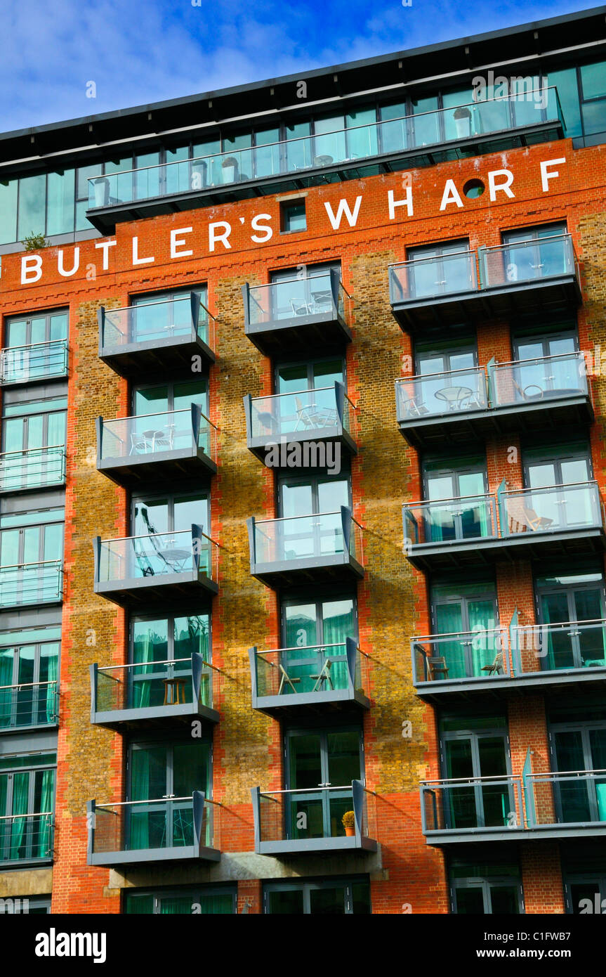Butler's Wharf, Shad Thames, London, SE1, UK.  Luxury apartments overlooking the River Thames - Stock Image