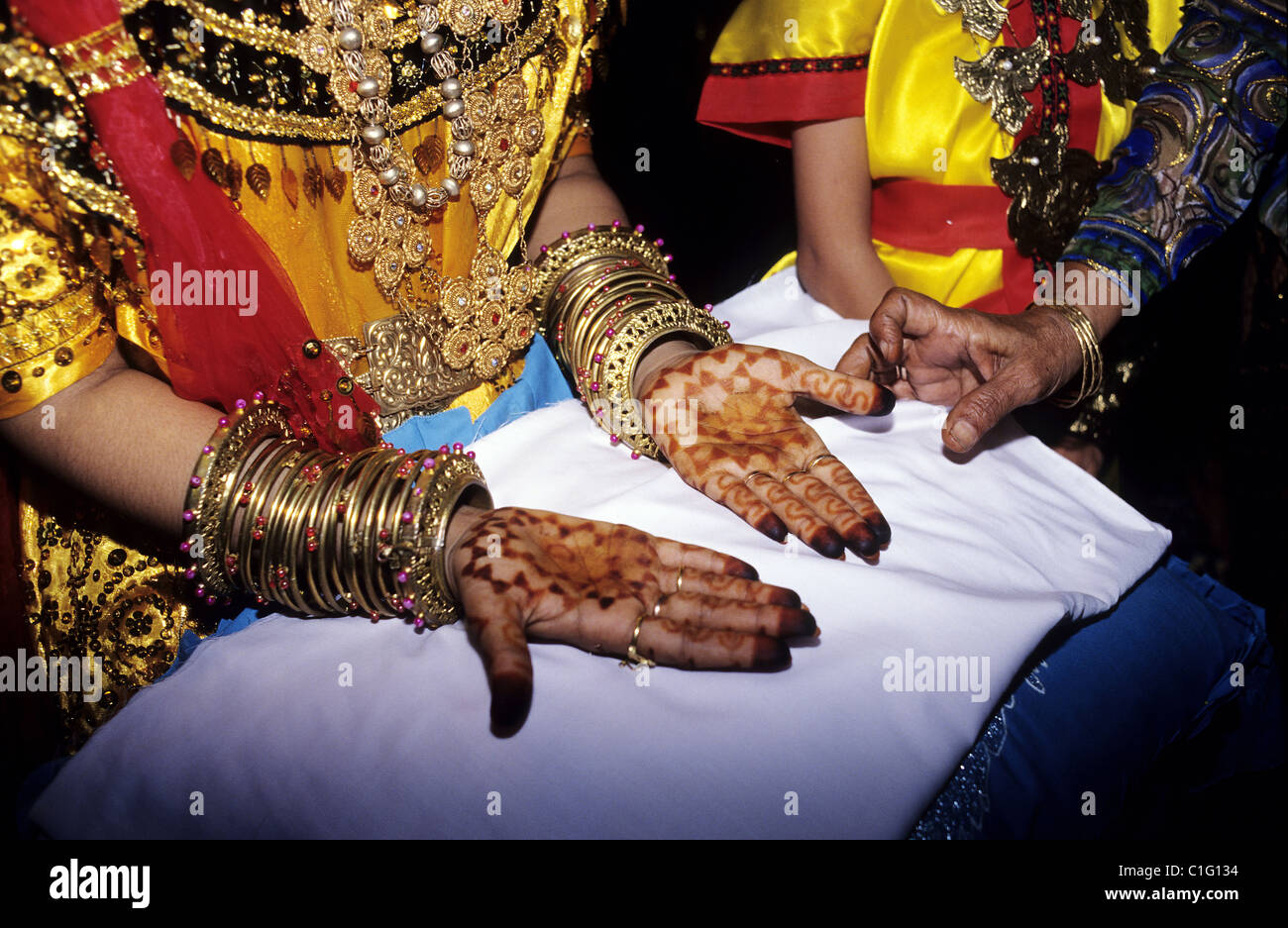 Indonesia, Sulawesi, Palu, Moslem wedding, Hands painted in the henna - Stock Image