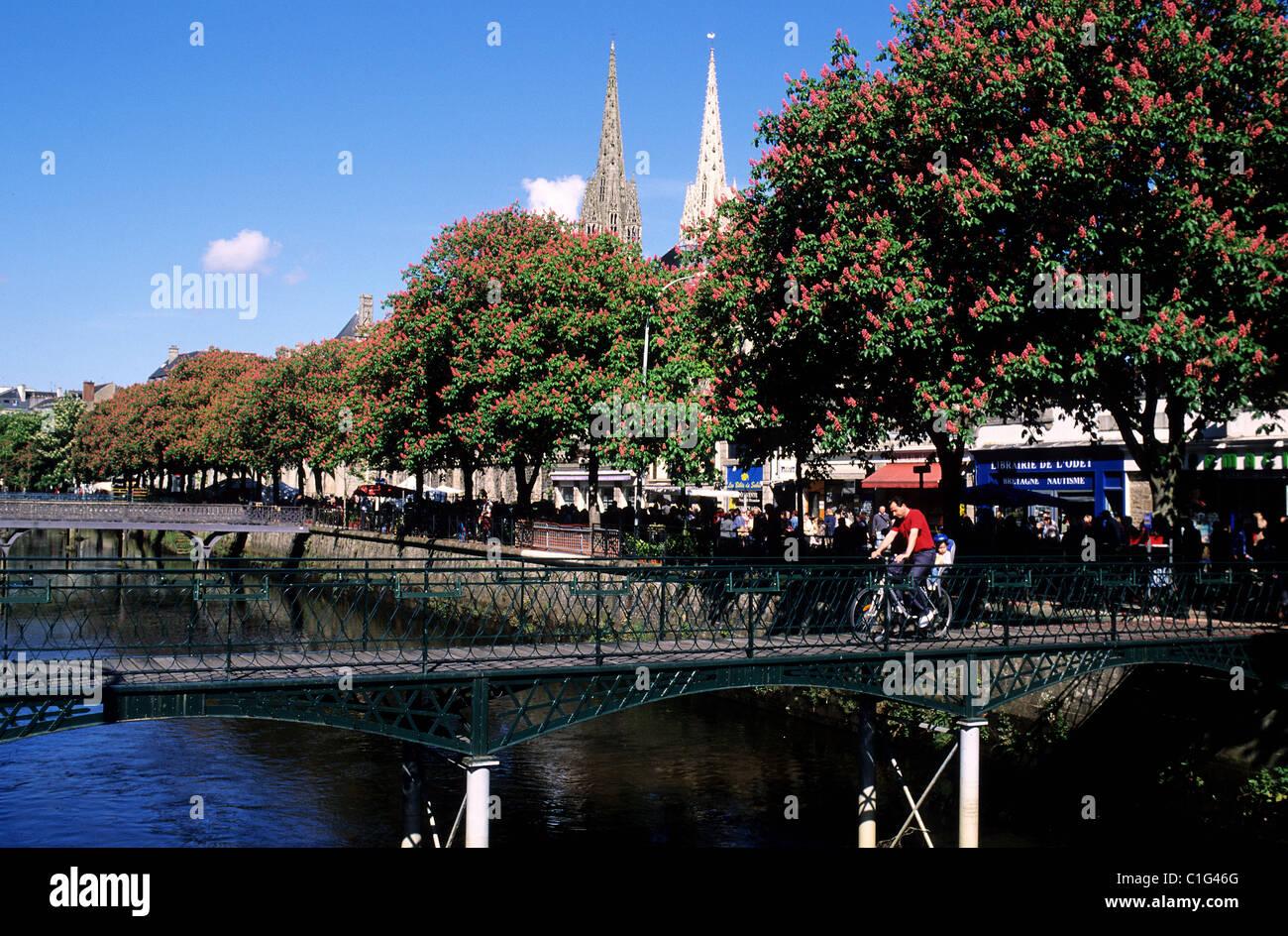 France, Finistere, Quimper town, footbridge spanning the Odet river - Stock Image
