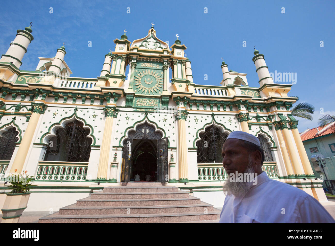 Muslim man and islamic architecture of the Abdul Gaffoor Mosque.  Little India, Singapore - Stock Image