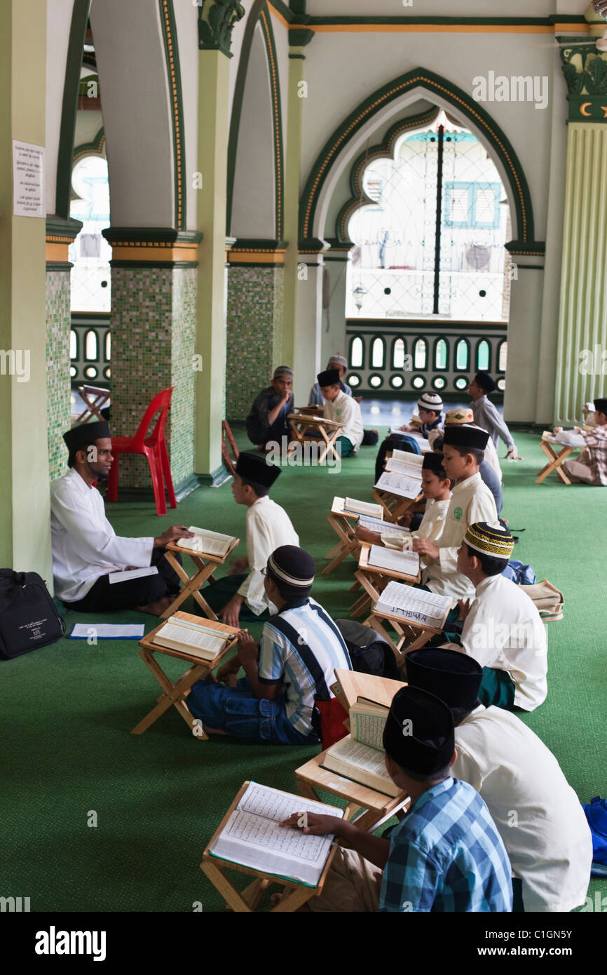 Qur'an class in the Abdul Gaffoor Mosque.  Little India, Singapore - Stock Image