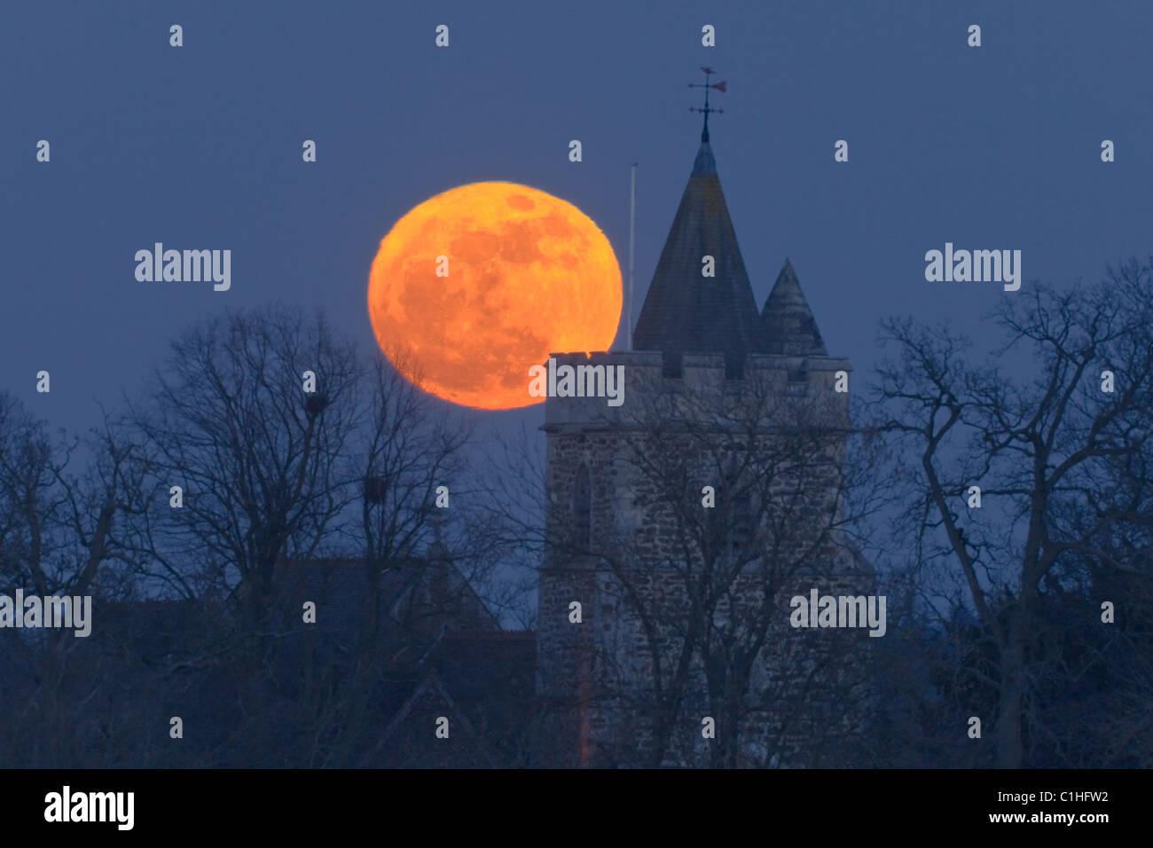 Super moon rise over Warfield Church, Warfield, Bracknell, Berkshire, UK - Stock Image