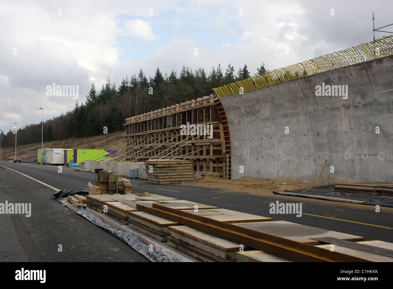 Construction of a concrete wall of the ecoduct
