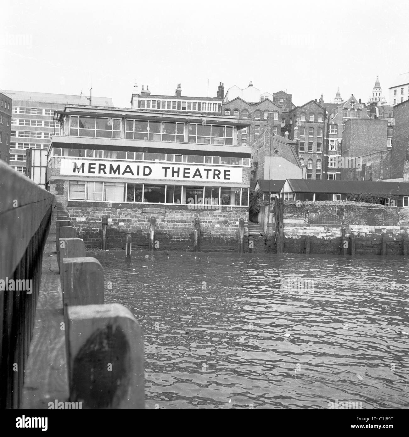 1950s. River view of the back of the famous London landmark, The Mermaid Theatre, built there since the time of - Stock Image