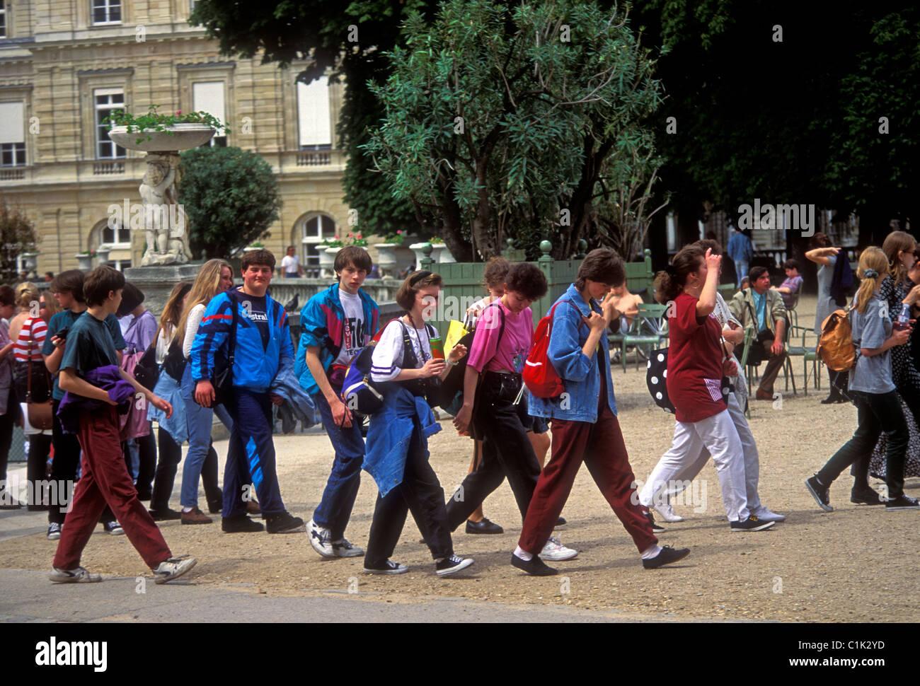 French students, teenage girls, teenage boys, students, teens, teenagers, student field trip, Paris, Ile-de-France, - Stock Image