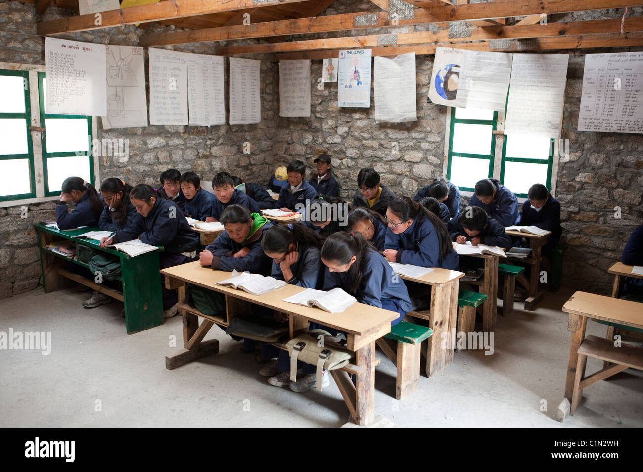 Classoom of schoolchildren in Khumjung in the Khumbu region of the Himalayas in Nepal - Stock Image