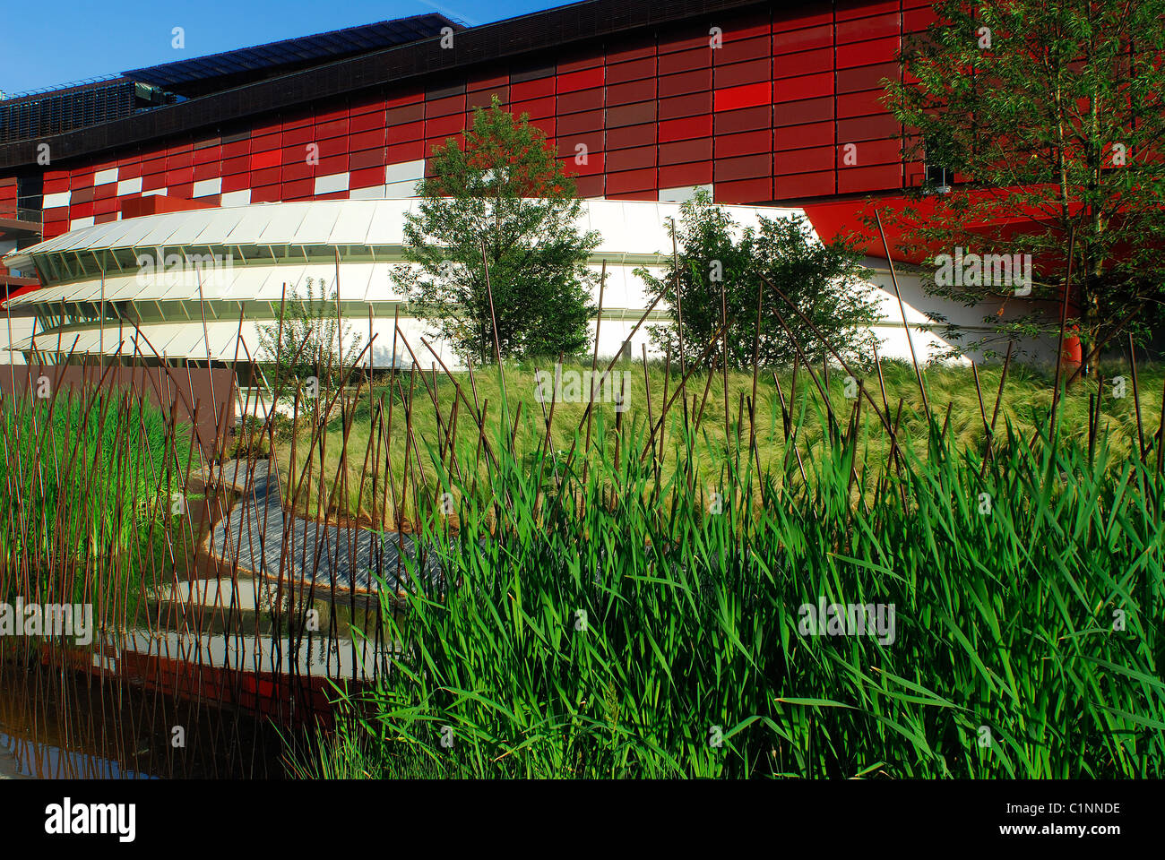 France, Paris, Quai Branly Museum (anthropological museum) by Jean Nouvel and the Eiffel Tower at the background - Stock Image